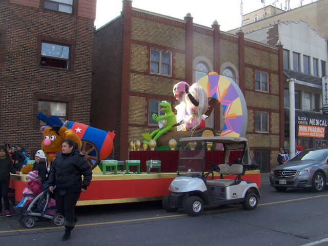File:2011 Toronto Santa Claus Parade float pre-parade a.jpg