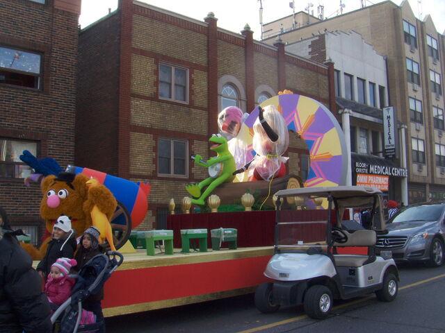 File:2011 Toronto Santa Claus Parade float pre-parade b.jpg
