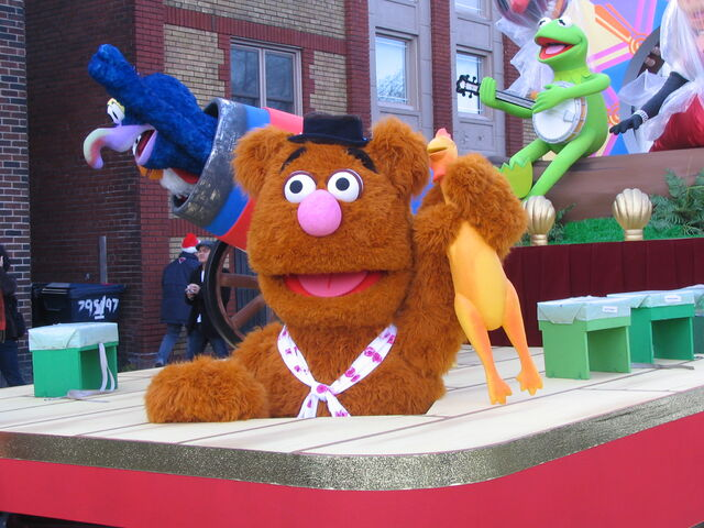 File:2011 Toronto Santa Claus Parade float pre-parade c.jpg