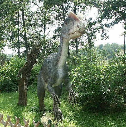 Archivo:Baltow,Poland Dilophosaurus.jpg