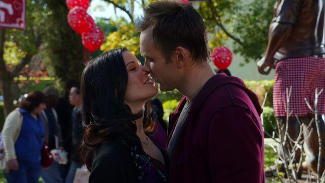 File:S01E16-Jeff and Slater kiss.jpg