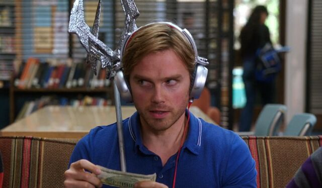 File:S04E04-Karl with trident.jpg