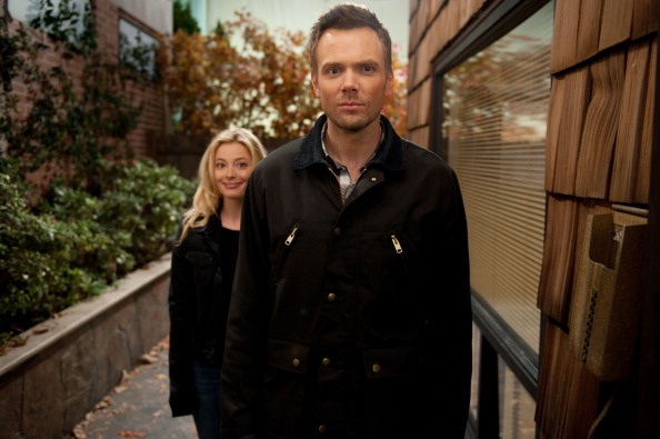 File:4X5 Promopic Jeff and Britta arrive at Williamsi house.jpg