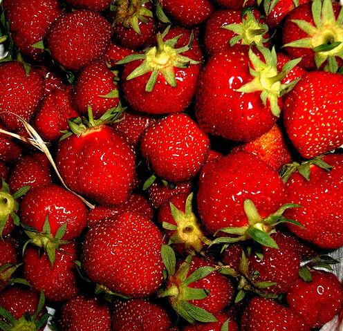 File:Straw.. berry in straw.....jpg