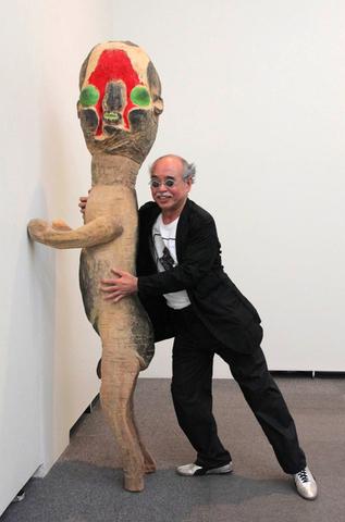 File:Izumi kato and sculpture.png