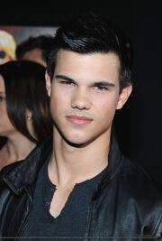 Taylor Lautner chaqueta de cuero.jpg
