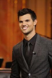 Taylor Lautner traje gris.jpg