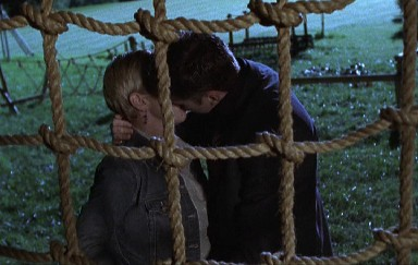 File:Cully and Troy kiss - before finding the next body.jpg