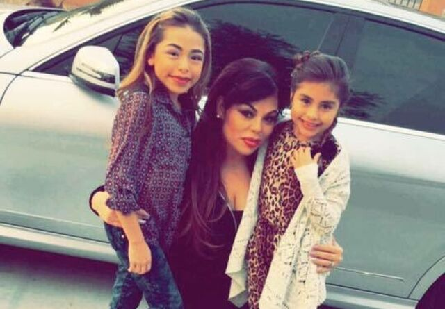 File:Sari w daughters.jpg