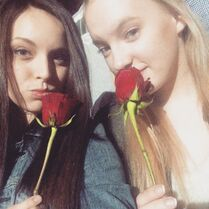 Payton and Addison with roses from fans 2015-01-31