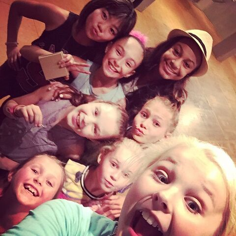 File:Nia with JoJo and JoJos tour dancers 2015-04-23.jpg