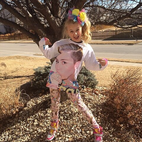 File:JoJo in Miley shirt - around March 2014 .jpg