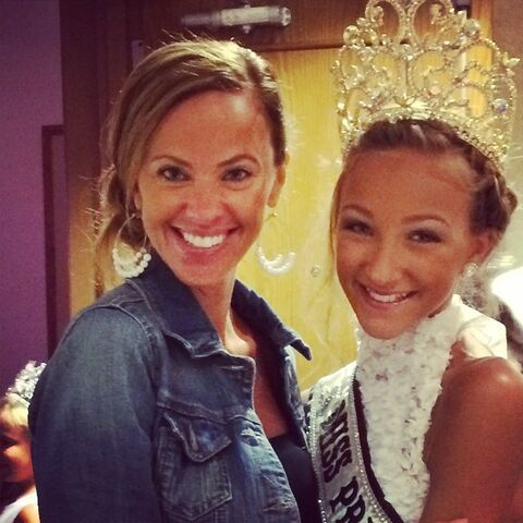 File:Jeanette with Ava at pageant.jpg