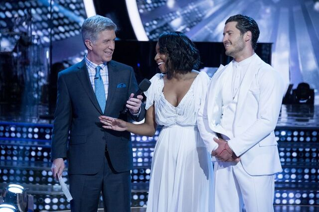 File:Normani and Val S24 Week 10 Finale Night 1 Freestyle 8.jpg