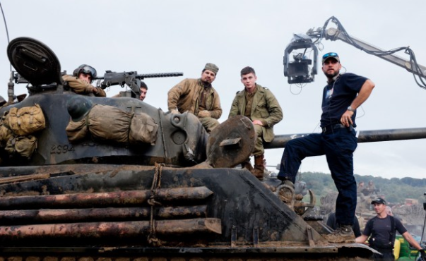 File:David Ayer wiki- BTS of FURY with David Ayer and the cast.png