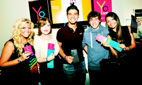 File:Degrassi cast photo spam - 19.png