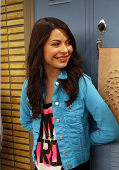 File:Miranda-cosgrove-as-carly-shay-in-the-episode-igoodbyelove-is-free-tank-forever-21-price-12-80.png