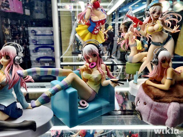 Datei:Anime Figuren Merch.JPG