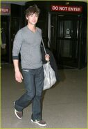 Chace-crawford-phone-01