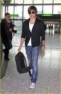 Zac-efron-leaves-london-10