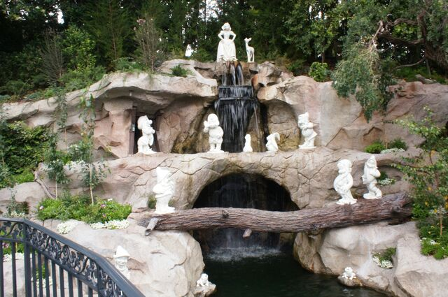 File:Snow White's Grotto.jpg