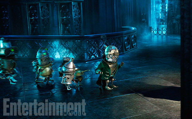 File:Alice Through the Looking Glass - Entertainment Weekly - Released Image 2.jpg