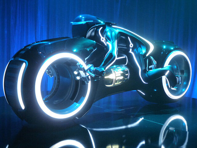 File:Tron Legacy, light cycle, Comic-Con 2009.jpg