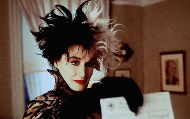 File:Cruella offering Anita and Roger a cheque.jpg
