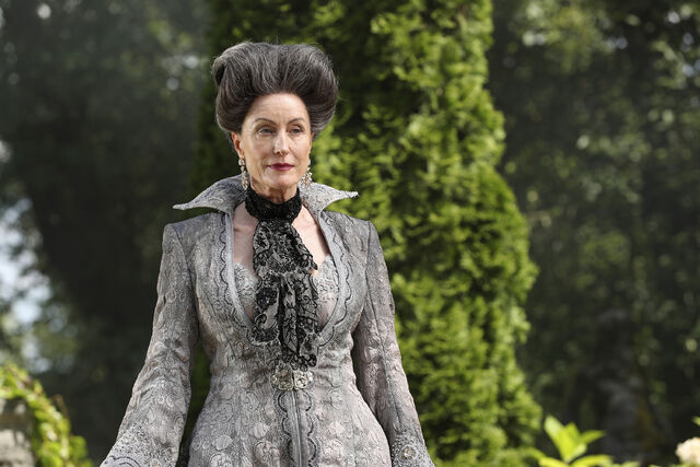 File:Once Upon a Time - 6x03 - The Other Shoe - Photography - Lady Tremaine 2.jpg