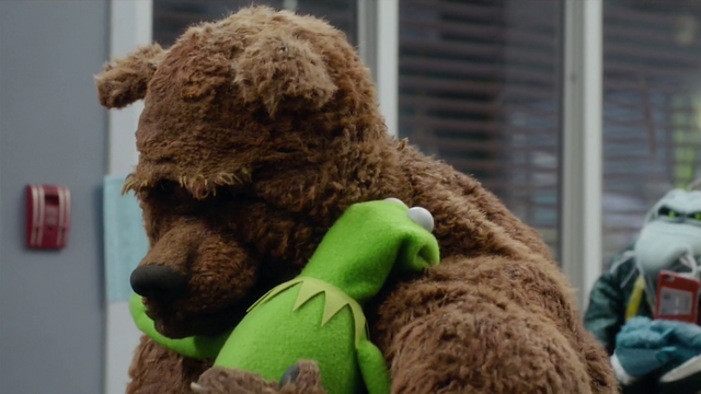 File:TheMuppets-S01E08-BearHug.png