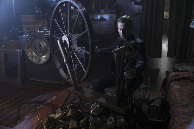 File:Once Upon a Time - 6x08 - I'll Be Your Mirror - Photography - Gold Spinning.jpg