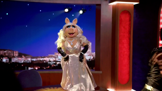 File:TheMuppets-S01E05-PiggyOnDesk.png