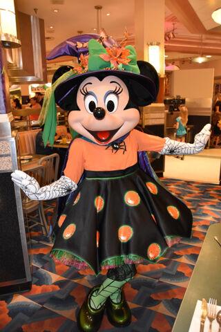 File:Minnie at Minnie's Halloween Dine.jpg