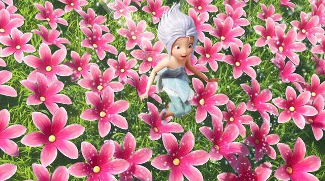 File:Peri-in-the-pink-flowers.jpg