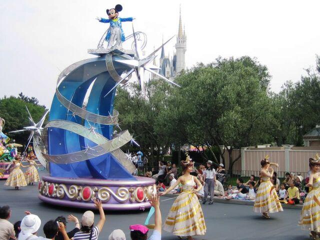 File:Disney's Dreams On Parade Moving On.jpg