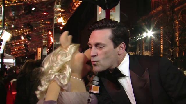 File:BAFTA-Awards-2012-Kiss-Piggy&JohnHamm.png