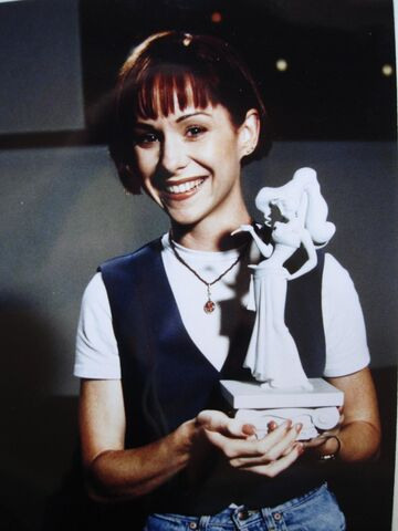 File:Susan Egan with Meg sculpture.jpg