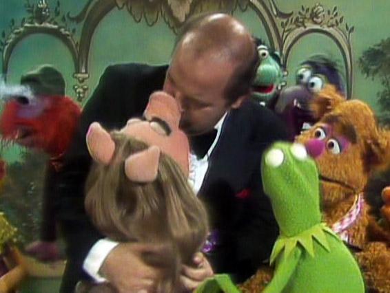 File:Kiss Dom DeLuise Piggy.jpg