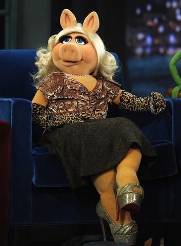 File:Piggy wears Loubouttins jenny pump.png