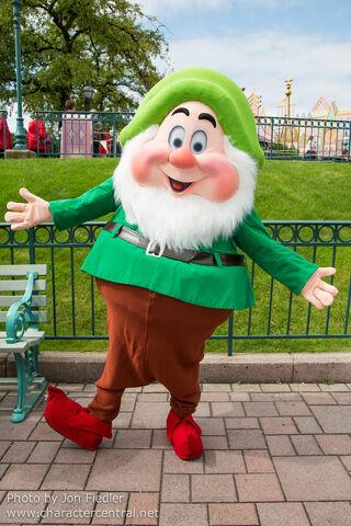 File:Happy disneythemeparks charactercentral.jpg