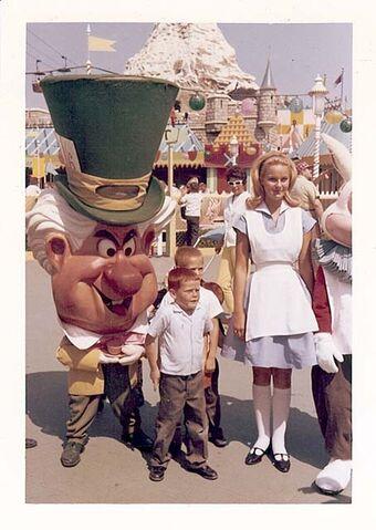 File:Disneyland 1963 alice and mad hatter 640.jpg