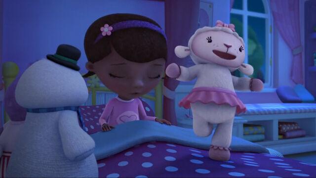 File:Lambie singing in bed.jpg