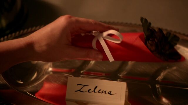 File:Once Upon a Time - 5x17 - Her Handsome Hero - Zelena Flower.jpg