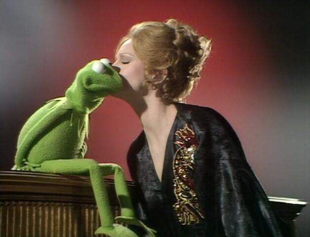 File:Juliet kisses Kermit.jpg