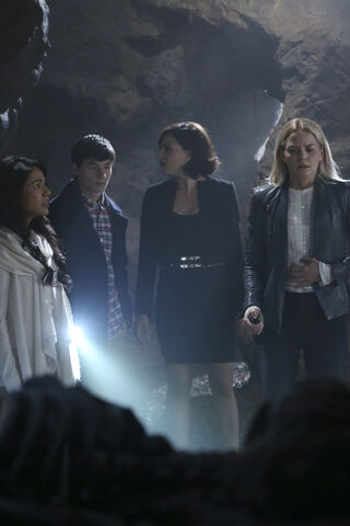 File:Once Upon a Time - 6x05 - Street Rats - Photography - Jasmine, Henry, Regina and Emma.jpg