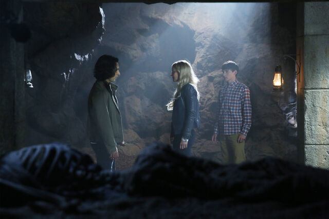File:Once Upon a Time - 6x05 - Street Rats - Photography - Aladdin and Emma 2.jpg