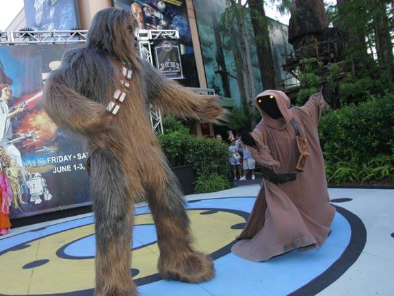 File:Chewbacca & Jawa.jpg