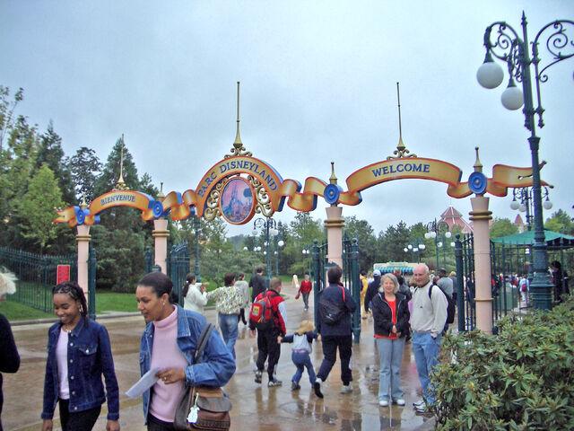 File:Entrance of Disneyland Paris.jpg