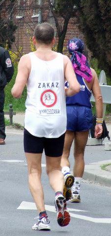 Plik:24. Maraton Wrocław - zakaz wyprzedzania.jpg