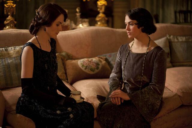 Archivo:Downton Abbey Season Three Ladies Sybil and Mary Discuss Sybil's New Life.jpg